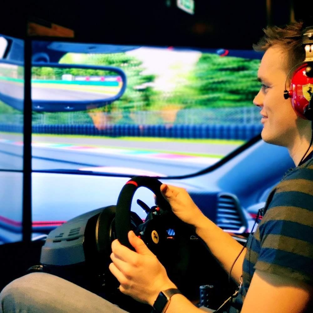 Mobile motion racing simulator, 3Real 3x65 inch screens